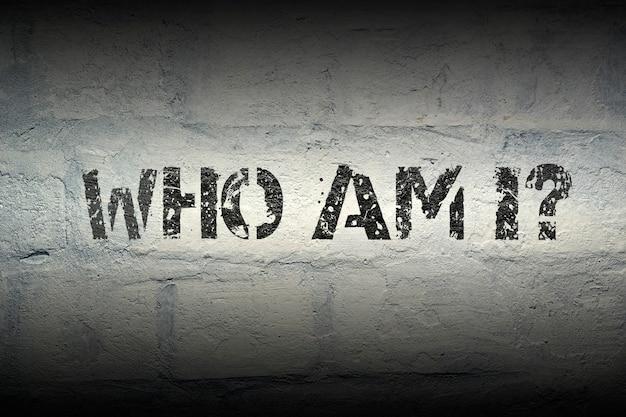 Кто я? трафаретная печать на белой кирпичной стене в стиле гранж