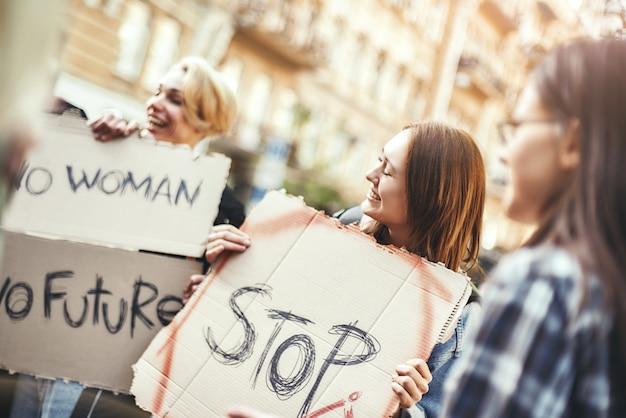 道路に立っている幸せで若い女性活動家の世界グループを運営しているのは誰ですか
