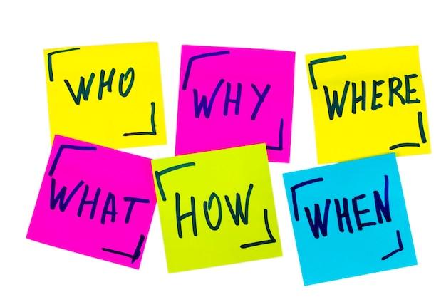 誰が、なぜ、どのように、何を、いつ、どこで質問するか-不確実性、ブレーンストーミング、または意思決定の概念、孤立したカラフルな付箋のセット。