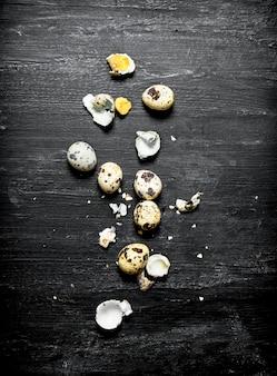 ウズラの卵全体と壊れた。 Premium写真