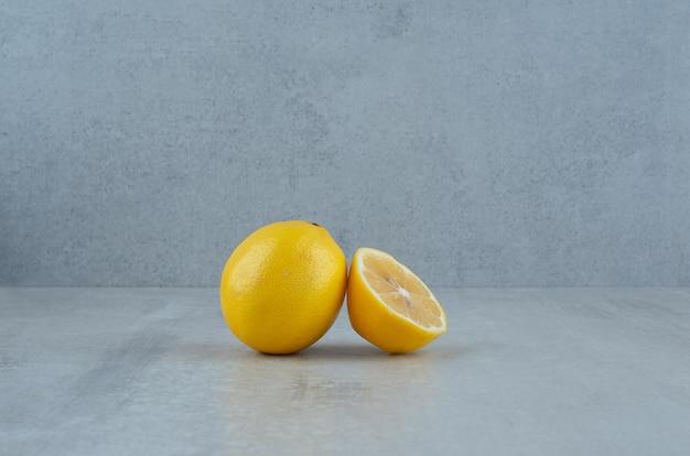레몬을 통째로 반으로 자릅니다.