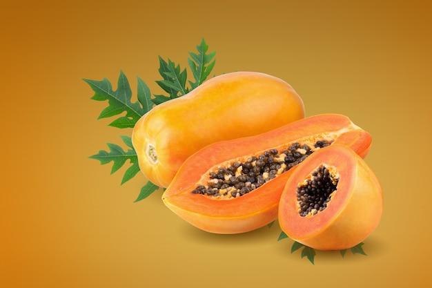 오렌지 배경에 씨앗이 있는 익은 파파야 과일 전체 및 절반