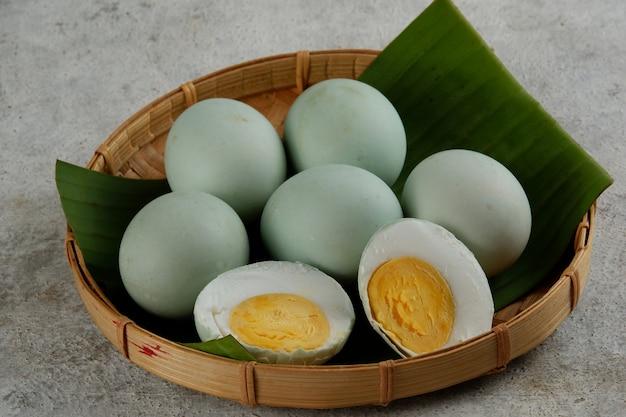 Цельный и половинный соленый яичный белок в деревенском стиле