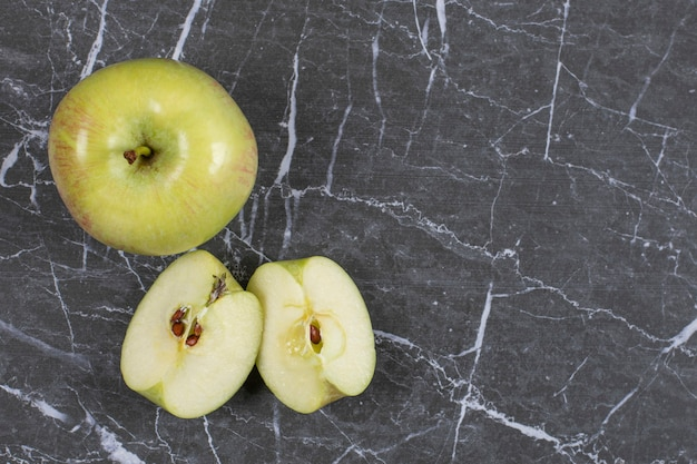 대리석에 전체 및 얇게 썬 사과.