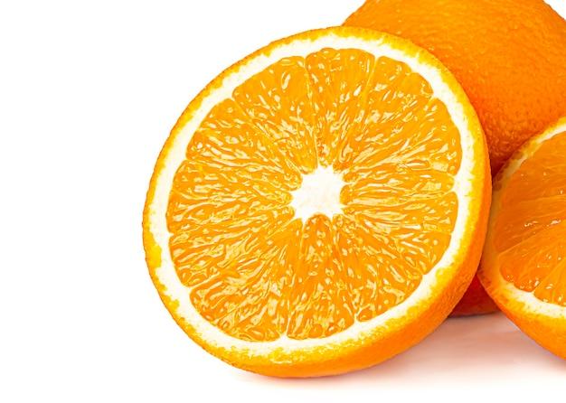 Целые и нарезанные апельсины, изолированные на белой поверхности