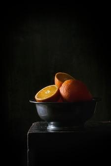 Целые и нарезанные апельсины