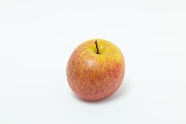 Целое яблоко, вид сверху на белом фоне