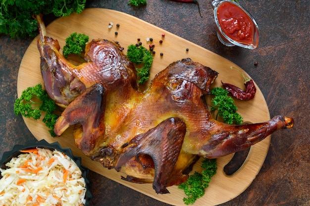 Целая запеченная лепешка из курицы с золотистой хрустящей корочкой. «куриная табака». популярное грузинское, турецкое блюдо. вид сверху. плоская планировка