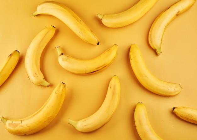 黄色い表面に皮が付いたバナナ全体