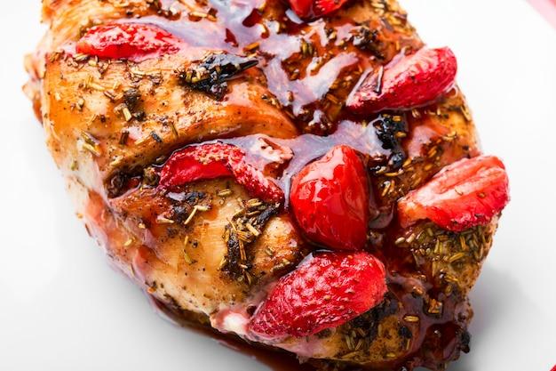 Куриная грудка целиком, запеченная с клубникой. мясо карамелизированное с ягодным соусом