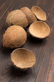 船内のココナッツとココナッツの殻全体