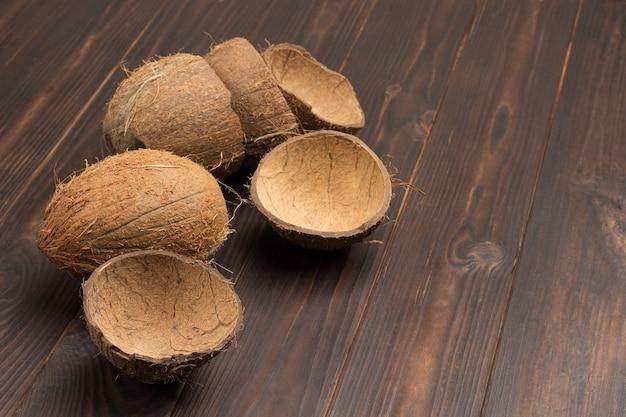 木の板にココナッツとココナッツの殻全体