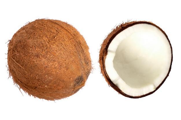 Целый кокос и кусочки кокоса на изолированном фоне