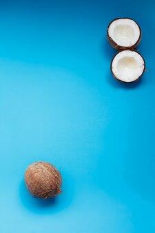 전체 코코넛과 흰색 바탕에 분할 코코넛