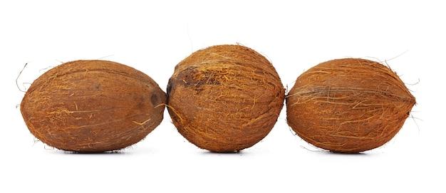 Целый кокос крупным планом, изолированные на белом фоне