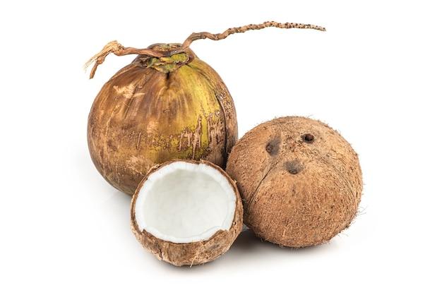 Весь кокос, изолированные на белом.