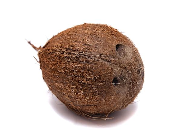 白い背景の上の全体のココナッツ、分離