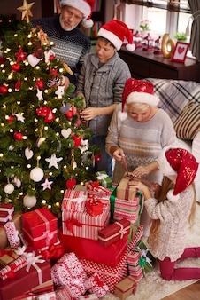 크리스마스 트리 주변의 온 가족