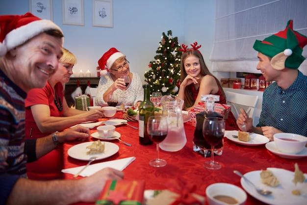 クリスマスイブを祝う家族全員