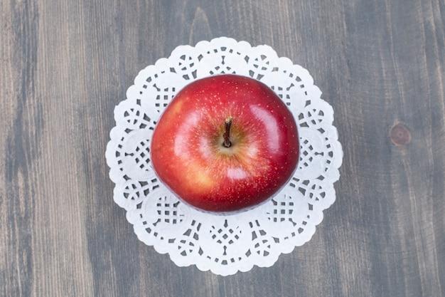 Целое свежее яблоко на деревянной поверхности Бесплатные Фотографии