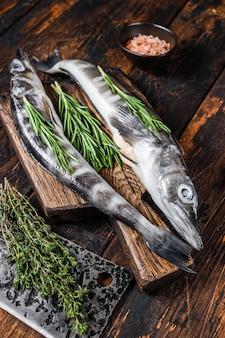 Весь свежий сырцовый icefish на деревянной разделочной доске. деревянный фон. вид сверху.