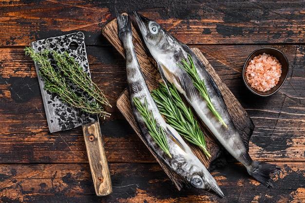 Вся свежая сырая ледяная рыба на деревянной разделочной доске.