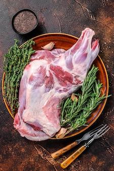 新鮮な生の子羊の肩肉を皿に盛り付けます
