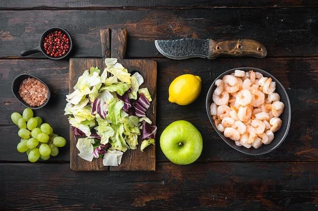 Целые свежие сырые креветки очищенные от кожуры вареные для салата из креветок waldorf, с яблочно-виноградным соусом, на старом темном деревянном столе
