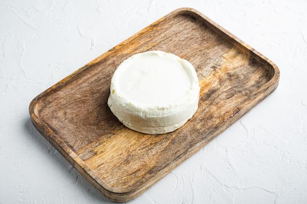 흰색에 완전히 신선한 리코 타 치즈
