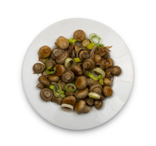皿に丸ごと揚げたシャンピニオン。少し調理されたキノコトップビュークリッピングパス