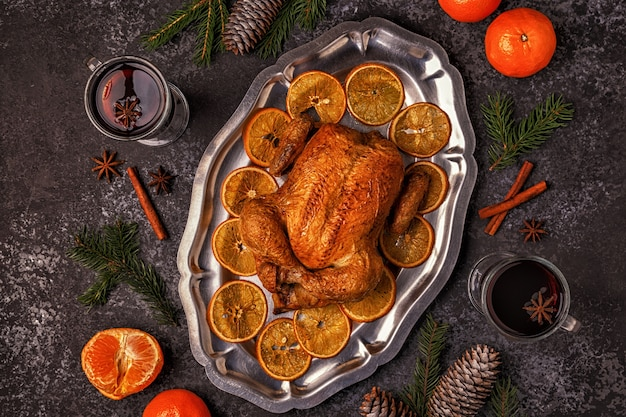 Жареный цыпленок целиком с елочными украшениями