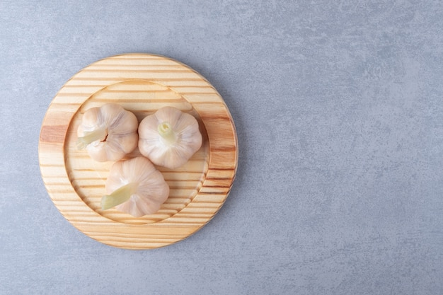 Whole garlic in wooden plate