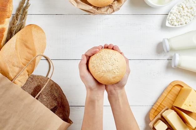 Цельнозерновой хлеб в экологии бумажный мешок на белом фоне деревянные