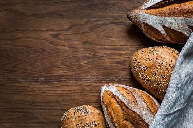 나무 배경에 곡물 빵입니다. 건강 식품 개념입니다. 내츄럴 스타터 문화의