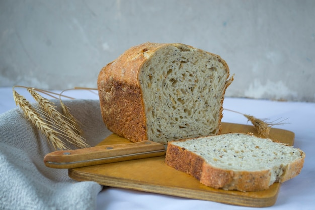 Цельнозерновой хлеб с семенами льна и ржаной закваской. натюрморт в деревенском стиле