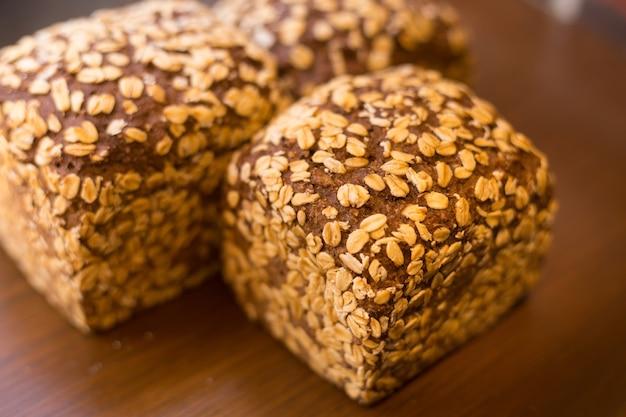 小麦粉、卵、砂糖バター、全粒粉を含む、外側にオーツ麦を入れた全粒粉パン