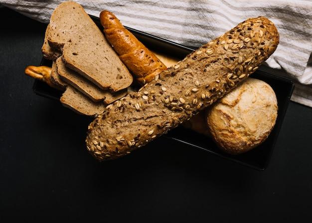 어두운 배경에서 슬라이스 곡물 빵