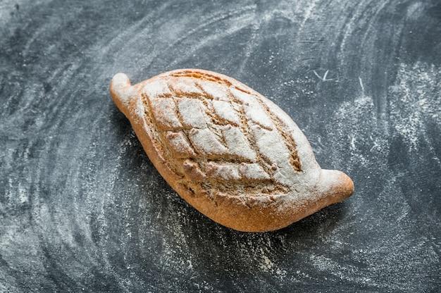 Цельнозерновой хлеб на темном деревянном фоне