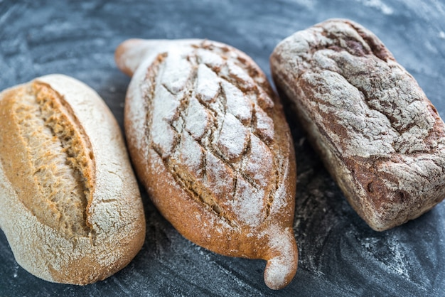Цельнозерновой хлеб на темном деревянном столе