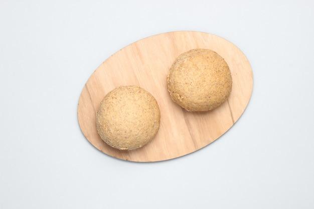 Цельнозерновые булочки на сером столе
