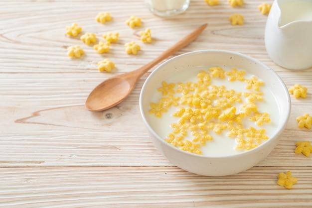 아침에 신선한 우유를 곁들인 통 곡물 시리얼