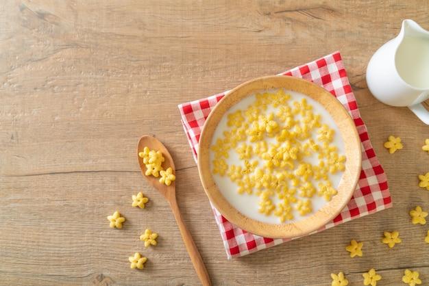 朝食に新鮮なミルクを入れた全粒穀物