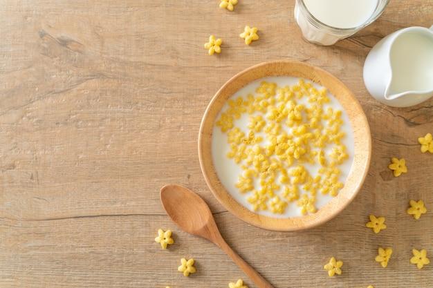 Цельнозерновые каши со свежим молоком на завтрак