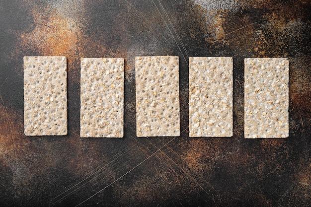 곡물 파삭 파삭 한 빵 세트, 오래 된 어두운 소박한 테이블, 평면도 평면 누워