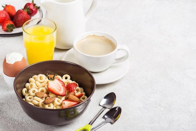 全粒穀物はチェリオス、コーヒー、オレンジジュース、卵を鳴らします。バランスの取れた伝統的な朝食。