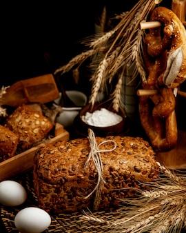 パンプキンとヒマワリの種をまぶした全粒粉パン