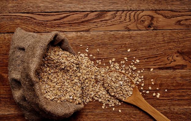 全粒穀物シリアルシリアル木の板テーブル食品の準備。