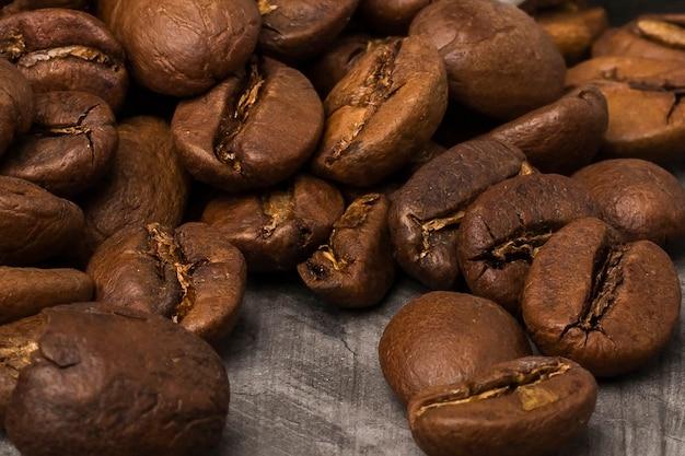 Цельные зерна кофе крупным планом темный фон