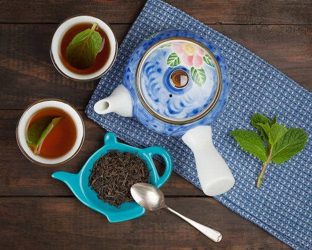 Whole leaf tea, teapot, two cups, mint