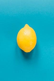 青い背景にレモン全体